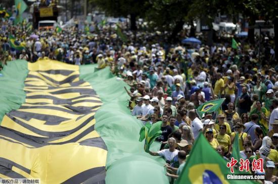 当地时间2015年12月13日,巴西多地民众举行大规模示威,要求总统罗塞夫下台。