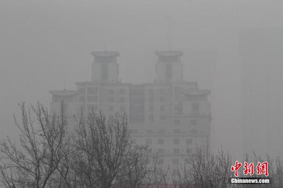 雾霾笼罩中的天津,一处楼房宛如海市蜃楼。 记者 张道正 摄