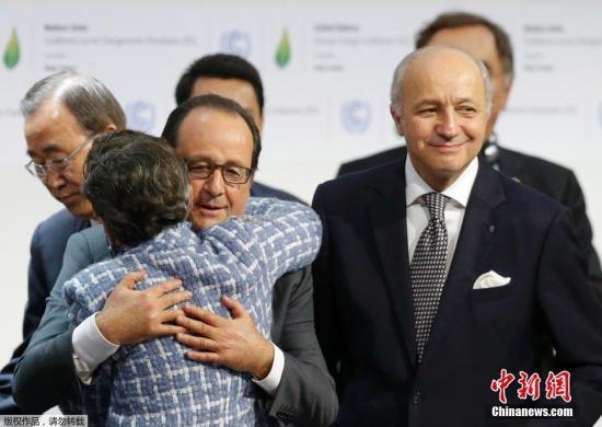 资料图:当地时间12月12日,法国,巴黎气候变化大会12日晚通过全球气候变化新协议。协议将为2020年后全球应对气候变化行动作出安排。