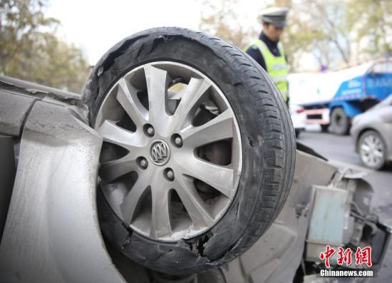 男子出车祸被安全气囊弹中喉咙险窒息丧命