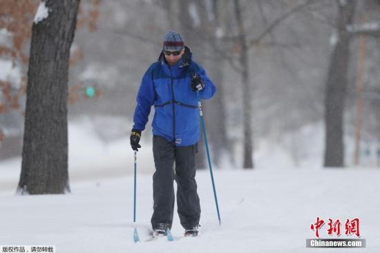资料图:美国的中西部今冬遭遇大暴雪的袭击。科州博尔德市居民穿上了雪橇出行,部分地区的降雪甚至达到了1英尺。