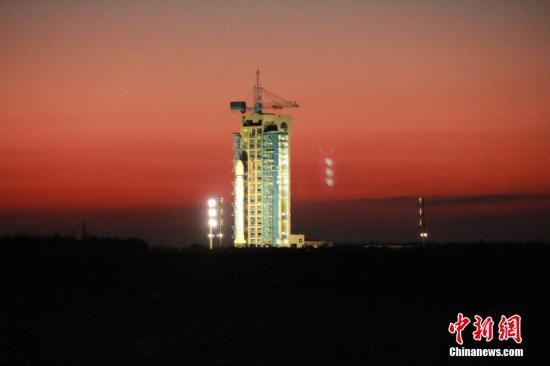 """资料图:中国首颗暗物质卫星""""悟空""""发射升空。中新社记者 张素 摄"""
