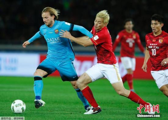 材料图:2015年世俱杯半决赛广州恒年夜对阵巴塞罗那,冯潇霆防卫推基蒂偶。