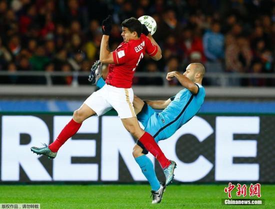 材料图:2015年世俱杯半决赛中,现在已经是国足的艾克森取其时借效率巴萨的中超外助马斯切推诺拼抢。