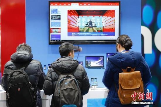 """资料图:参观者在""""互联网之光""""博览会上体验电脑操作系统。 中新社记者 盛佳鹏 摄"""