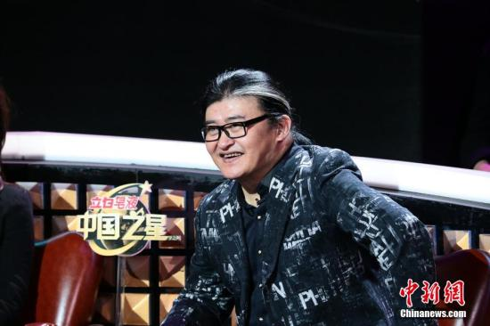 """刘欢老师在音乐方面绝对称得上是""""严师""""。每每彩排到深夜,都能见到刘欢老师指导队内歌手排练的身影。"""