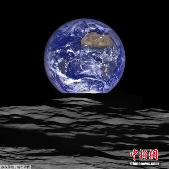 """当地时间12月18日消息(具体拍摄时间不详),美国宇航局发布的月球勘测轨道飞行器近期拍摄的图片,从宇宙飞船角度看,地球似乎正在从月球水平线上""""升起""""。"""