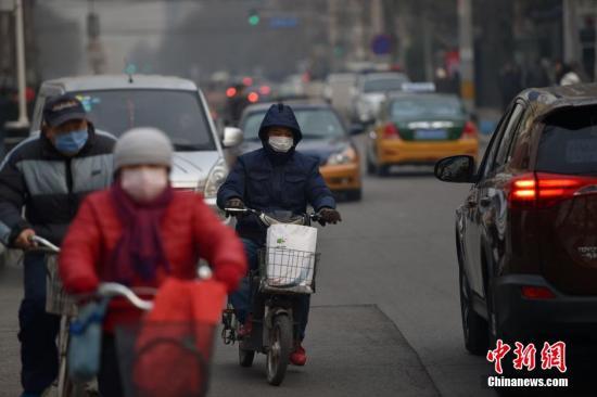 """12月19日,北京首次在空气质量良好时提前预警,各部门应对进入""""常态化""""。根据红色预警有关要求,启动后将在全市范围实施机动车单双号行驶;建议中小学、幼儿园停课;企事业单位可实行弹性工作制等举措。此外,还包括重型车辆禁止上路行驶;施工工地停止室外施工作业;禁止燃放烟花爆竹和露天烧烤等要求。 <a target='_blank' href='http://www.chinanews.com/' >中新网</a>记者 金硕 摄"""