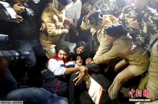 """当地时间2015年12月20日,印度新德里,民众爆发抗议。印度新德里2012年""""黑公交""""轮奸致死案的一名罪犯日前刑满获释,在印度社会引起争议和恐慌,民众示威抗议。"""