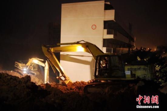 深圳山体滑坡 救援人员夜间持续搜救。中新社记者 梁永强 摄