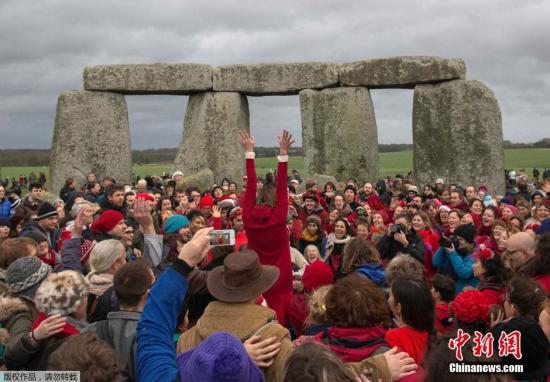 当地时间12月22日,英国索尔兹伯里,民众来到古老的巨石阵进行一年一度的狂欢,迎接冬至。