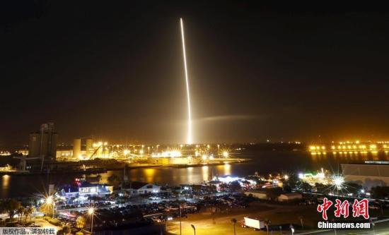 """美国太空探索技术公司SpaceX于当地时间12月21日晚,在佛罗里达州卡纳维拉尔角发射""""猎鹰""""火箭。这是SpaceX的火箭暂停6个月发射以来的首个任务,且成功发射,目前一级火箭已经成功回收。"""