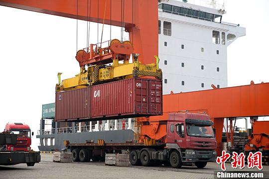 资料图:大型机械在广西钦州保税港区装卸作业。