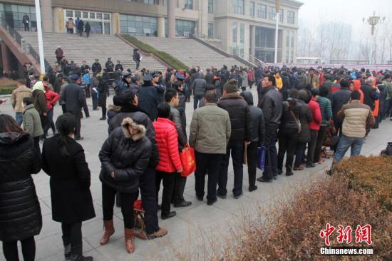 资料图:山东数千人寒冬彻夜排队补缴养老费。 图片来源:视觉中国