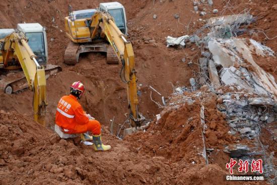 深圳滑坡灾祸现场营救不绝歇。中新社记者 陈文 摄