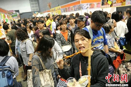 12月24日,一连5天的第13届香港冬日美食节在湾仔会展举行,有参展商推出优惠产品吸引顾客。<a target='_blank' href='http://www.chinanews.com/'>中新社</a>记者 谭达明 摄