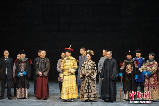 12月25日,中国国家话剧院迎来了组建14周年纪念日,剧院老中青艺术家齐聚一堂。国家话剧院安排了原创话剧《北京法源寺》和新创小剧场话剧《青蛙》作为纪念院庆演出。图为《北京法源寺》演员们在演出结束后致谢。<a target='_blank' href='http://www.torvenius.com/'>中新社</a>记者 熊然 摄