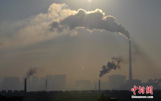 资料图:企业烟囱所冒出的烟雾飘向不同的方向。 图片来源:视觉中国