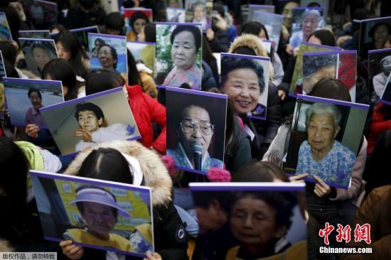 当地时间12月30日,韩国首尔,当地民众手中高举慰安妇的照片,在日本使馆前集会抗议。