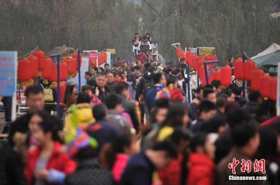 资料图:重庆洋人街景区人气爆棚,来自各地的众多游客在景区游玩。 <a target='_blank' href='http://www.chinanews.com/'>中新社</a>记者 陈超 摄