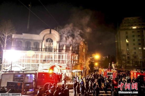 当地时间1月2日,德黑兰,伊朗示威者冲击沙特驻伊朗大使馆,打砸使馆门窗并纵火焚烧使馆部分楼体。