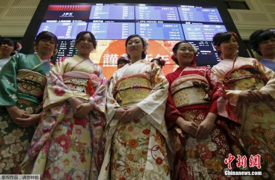 2016年1月4日,日本东京证券交易所里身穿和服的日本女性迎接新年首个交易日。