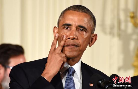 美国总统奥巴马当地时间1月5日在白宫举行发布会,宣布将采取系列行政措施遏制枪支暴力。图为奥巴马擦拭眼泪。<a target='_blank' href='http://www.chinanews.com/'><p align=