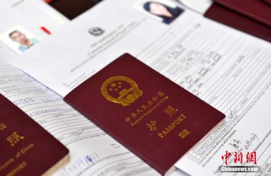 近日,尼泊尔宣布给予中国赴尼旅游公民免签证费待遇,以感谢中国在4・25地震后对尼泊尔施以援手。中国是尼泊尔第二大旅游客源国,这一举措可重振受灾影响的尼泊尔旅游业。当日,尼泊尔驻华大使馆及尼泊尔驻拉萨总领事馆、尼泊尔驻上海名誉领事馆、尼泊尔驻香港总领事馆同步提供免签证费服务,以方便中国各地游客。赴尼旅游停留期限可为15天、30天、90天,随着新实施的免签证费政策,中国游客赴尼泊尔旅游将可以省下约160-670元人民币的签证费。 李林 摄