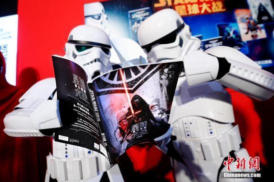 """1月7日,""""星球大战:原力觉醒""""系列新书发布会在北京图书订货会举行,此次推出了《星球大战正传三部曲 彩绘版》、《星球大战原力觉醒 彩绘版》、《少年绝地武士》、《星球大战拼插游戏书》、《星球大战创意涂鸦》、《星球大战 寻找外星人》等18种图书。随着电影《星球大战:原力觉醒》将于1月9日在中国上映,""""星战""""被越来越多的人熟悉并讨论,在国内又掀起了一阵""""科幻热""""。 <a target='_blank' href='http://www.chinanews.com/'>中新社</a>记者 富田 摄"""
