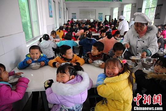 资料图:一学校学生食堂。 中新社发 刘杰华 摄