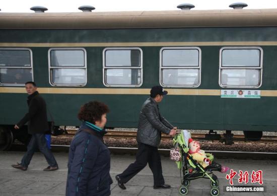 资料图:绿皮车 中新社记者 泱波 摄