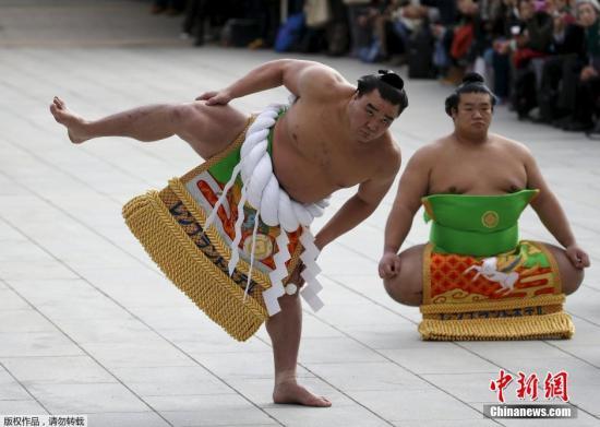 资料图:2019-07-17,相扑选手在日本东京明治神宫前举行进行相扑表演。