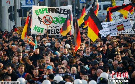 当地时间1月9日,德国科隆爆发反对移民的抗议示威,为抗议元旦节庆期间的连串性侵事件,数百名由极右翼团体PEGIDA发动的群众在科隆进行抗议。