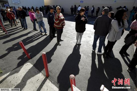 美国民众排队抢购强力球(Powerball)彩票。