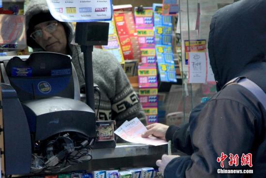 资料图:纽约曼哈顿一彩票售卖点人们排队购买彩票。 <a target='_blank' href='http://www.chinanews.com/'>中新社</a>记者 阮煜琳 摄