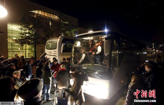 当地时间2016年1月14日,德国柏林,德国巴伐利亚州州长Peter Dreier将一辆载满31名难民的大巴开到首都柏林默克尔的办公室,对德国难民政策表示抗议。