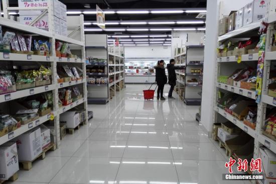 市民在位于上海五角世贸商城内的进口商品直销中心里购物。 中新社记者 张亨伟 摄