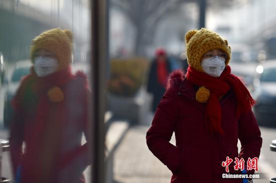 """资料图:北京街头市民出行""""全副武装""""。中新网记者 金硕 摄"""