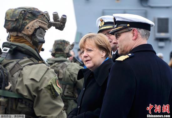 当地时间1月19日,德国总理默克尔访问基尔海军基地,视察并慰问了海军士兵。