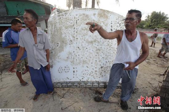 资料图:泰国南部洛坤府巴帕喃县的渔村居民23日,在离岸边约30米至50米的海上发现一个巨大的铁片残骸,该残骸长达3米,被渔民捞起后已通报军方来调查。渔民表示,从该铁片的组成构造上看,应该是飞机残骸,而且应该是在1年多时间内坠海的残骸。