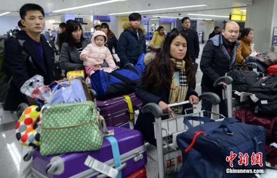 1月24日,中国2016年春运拉开帷幕,福州机场迎来台胞侨胞返乡客流高峰。预计春运期间,福州机场出入境旅客将达到22万人次,出入境旅客将达到日均5500人次。刘可耕 摄