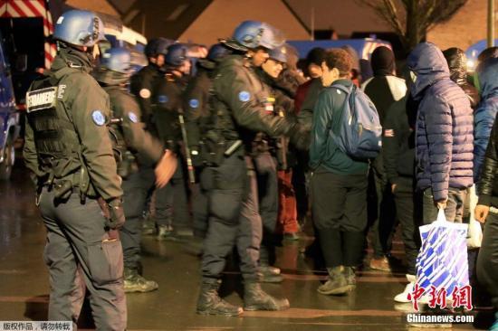 当地时间1月26日,法国敦刻尔克附近的难民营发生枪击事件,致三名移民受伤,其中一人为枪伤。据慈善社工称,枪击冲突发生在两派走私者之间。