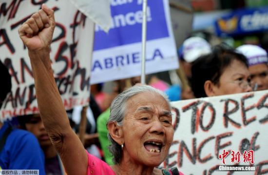 """当地时间1月27日,菲律宾马尼拉,菲律宾前二战""""慰安妇""""受害者及民众聚集在总统府马拉坎南宫前示威抗议,要求日本政府道歉并赔偿。"""