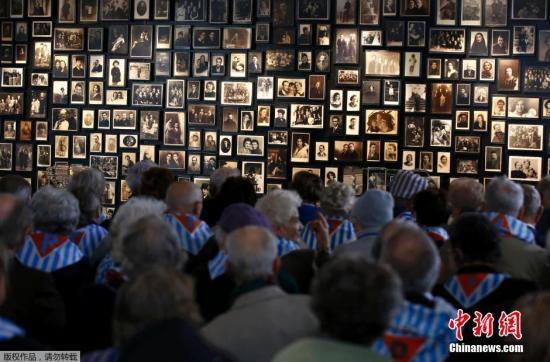 当地时间2016年1月27日,波兰奥斯威辛,国际大屠杀纪念日当日,奥斯威辛集中营举行仪式纪念集中营解放71周年,缅怀大屠杀遇难者。