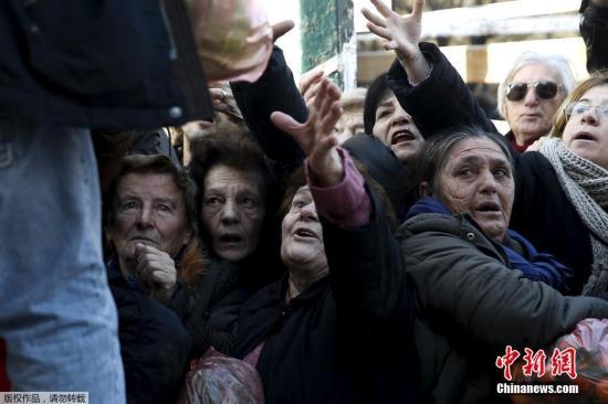 当地时间2016年1月27日,希腊雅典,农民抗议政府养老金体系改革,向民众发放免费果蔬,遭到哄抢。