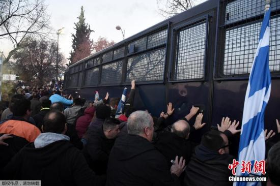 当地时间2016年1月28日,希腊塞萨洛尼基,希腊农民抗议政府实行财政紧缩政策,增加农业部门税收,与防暴警察冲突。约5000名农民在农业博览会外抗议,他们试图重进场馆遭到警方催泪弹驱逐。