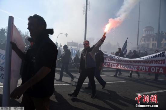 希腊全国大罢工抗议退休金改革计划 首都爆发冲突