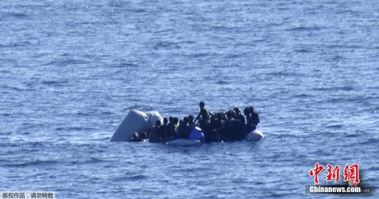 当地时间2016年1月28日,意大利地中海,海岸警卫队当天从地中海救起411名非法移民,另有6人不幸遇难。一名不愿透露姓名的人士说,意大利海岸警卫队当天共实施4次救援行动。在最后一次救援行动中,非法移民乘坐的橡皮艇在西西里海域附近被发现时已经漏气,且有人落入水中,最终74人成功获救,同时发现6具尸体。