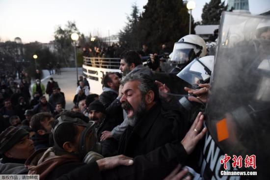 当地时间2016年1月28日,希腊塞萨洛尼基,希腊农民抗议政府实行财政紧缩政策,增加农业部门税收,与防暴警察冲突。