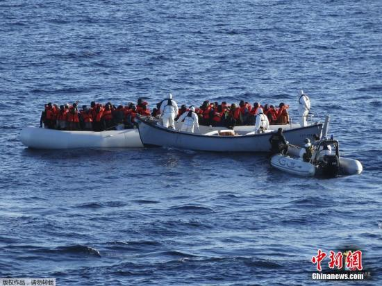 资料图:地中海难民船。